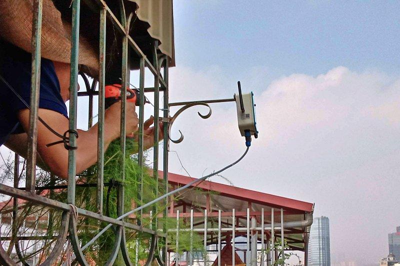 Người dân lắp đặt thiết bị cảm biến để theo dõi chất lượng không khí xung quanh  | Nguồn: PAM Air