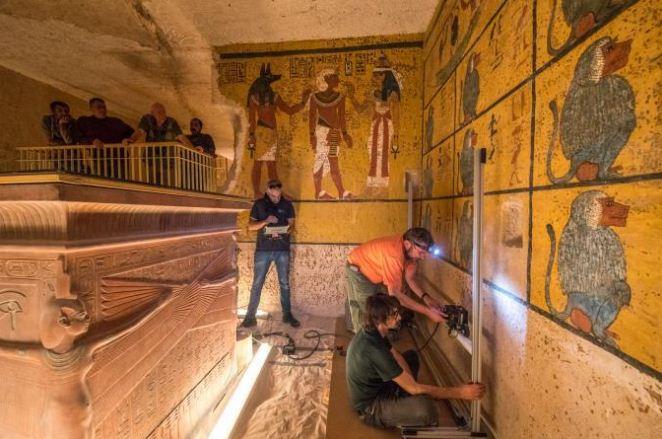 Các nhà nghiên cứu tiến hành quét radar lăng mộ của Pharaoh Tutankhamun để tìm kiếm phòng chôn cất bí ẩn của nữ hoàng Nefertiti. Ảnh: National Geographic.