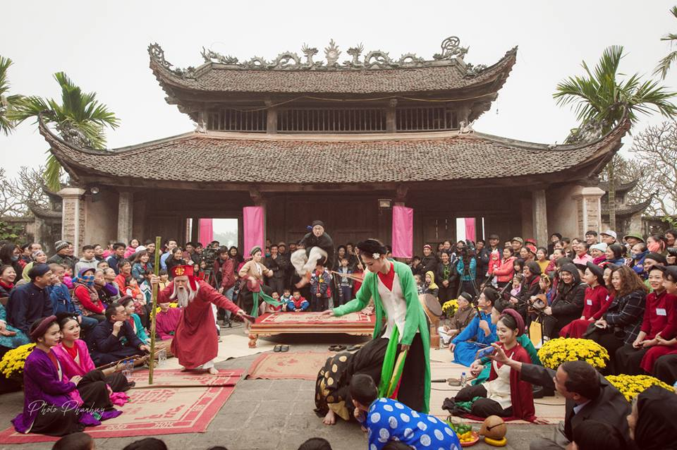 Buổi biểu diễn hát Chèo tại đình So (Quốc Oai, Hà Nội) do nhóm Đình làng Việt tổ chức. Ảnh: Phan Huy