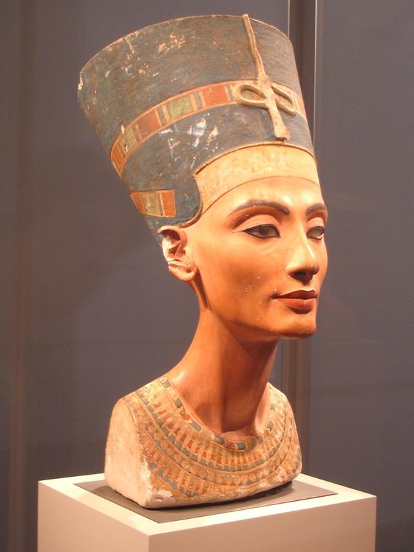 Bức tượng bán thân của Nữ hoàng Nefertiti hiện được trưng bày tại Bảo tàng Altes, Đức. Ảnh: New World Encyclopedia