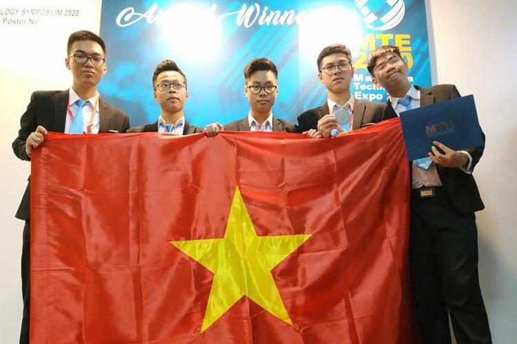 Nhóm nghiên cứu trong lễ vinh danh hôm 22/2 tại Malaysia.