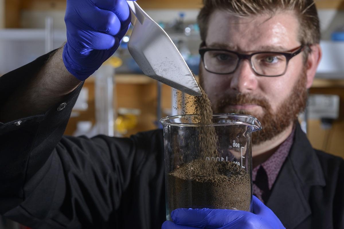 TS Chalker trong phòng thí nghiệm nghiên cứu về polysulfide.