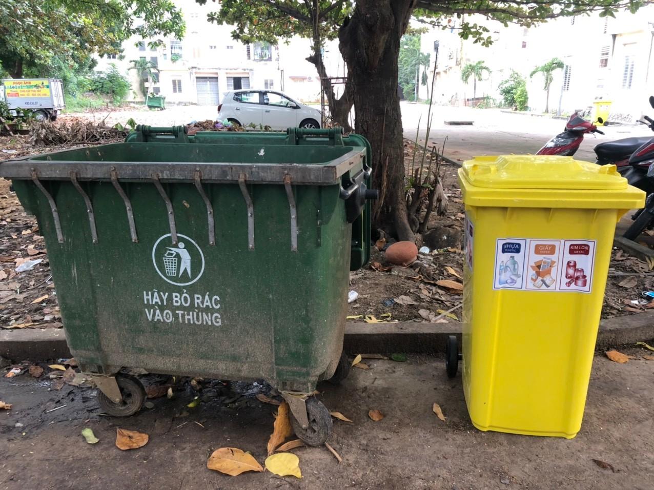 Thử nghiệm phân loại rác tại Đà Nẵng với thùng rác truyền thống (màu xanh) và thùng rác tái chế thông thường (màu vàng) | Ảnh: AccLAB/ UNDP