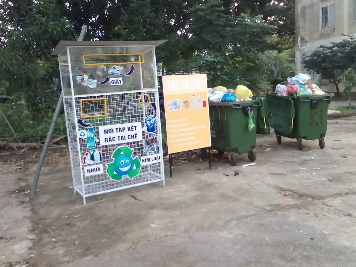 Thử nghiệm phân loại rác tại Đà Nẵng với thùng rác truyền thống (màu xanh) và thùng rác tái chế dạng lưới | Ảnh: AccLAB/ UNDP