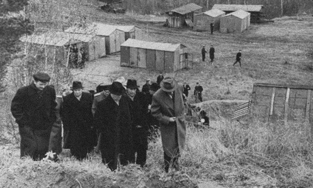 Nikita Khrushchev (hàng đầu, bên trái) đi thăm Akademgorodok đang trong quá trình xây dựng, thập niên 1950. Ảnh: gelio.livejournal.com.