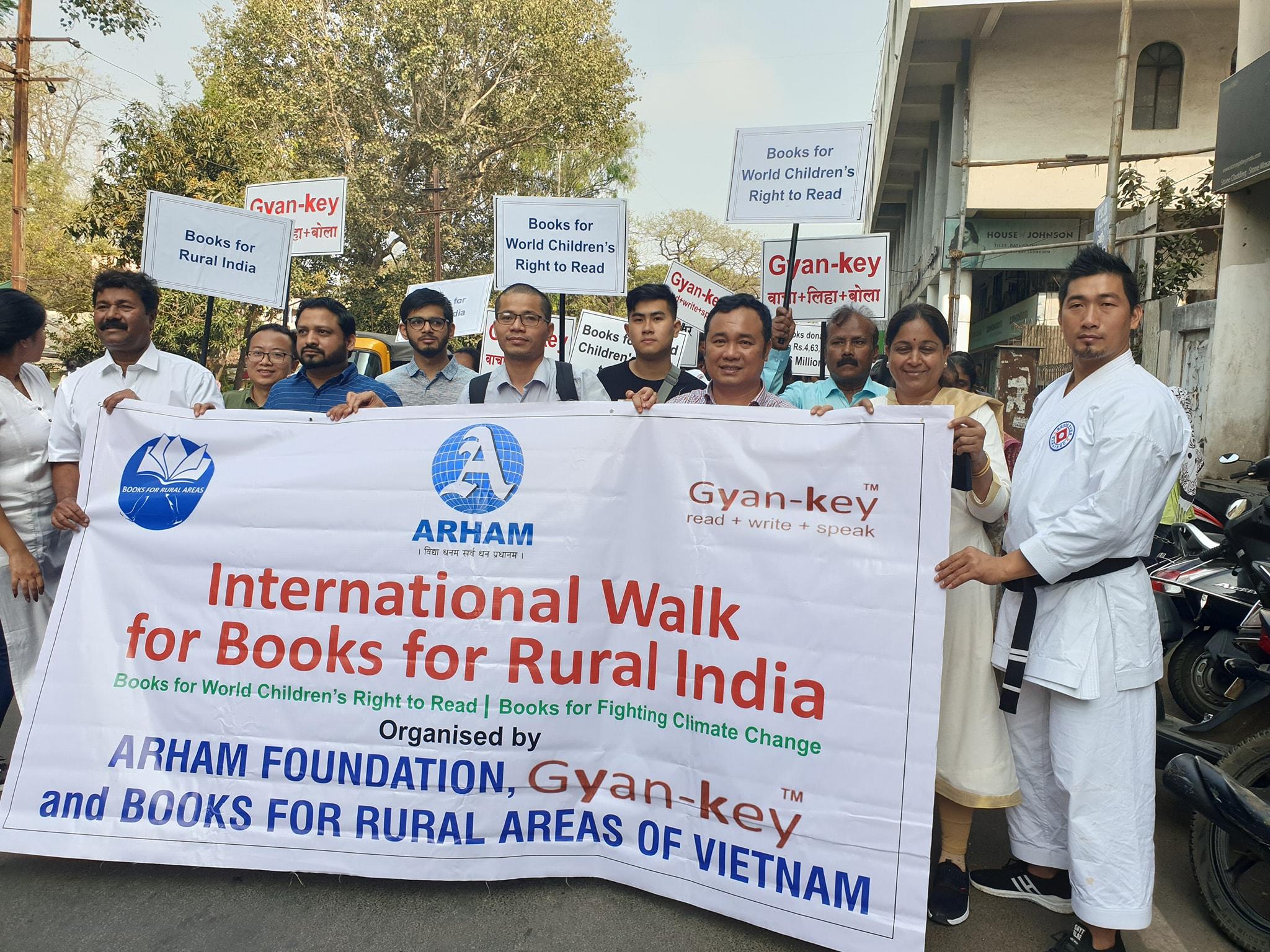 Chuyến đi bộ do anh Nguyễn Quang Thạch khởi xướng nhằm thúc đẩy quyền đọc sách cho trẻ em toàn cầu.