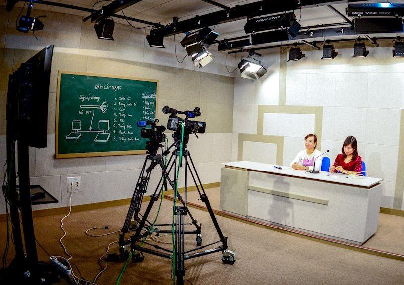 78 lớp online cho 40 môn do Đại học Bách khoa Hà Nội triển khai từ ngày 17/2/2020 đã thu hút hơn 8.300 sinh viên đăng ký tham gia. Trong ảnh: Ghi hình các bài giảng trực tuyến tại Viện Sư phạm Kỹ thuật, Đại học Bách khoa Hà Nội. Nguồn: ictnews.vietnamnet.vn