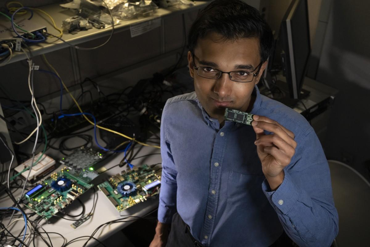 Nhà nghiên cứu Nabil Imam tại Intel đang cầm trong tay con chip Loihi thử nghiệm. Ảnh: Walden Kirsch/Intel.