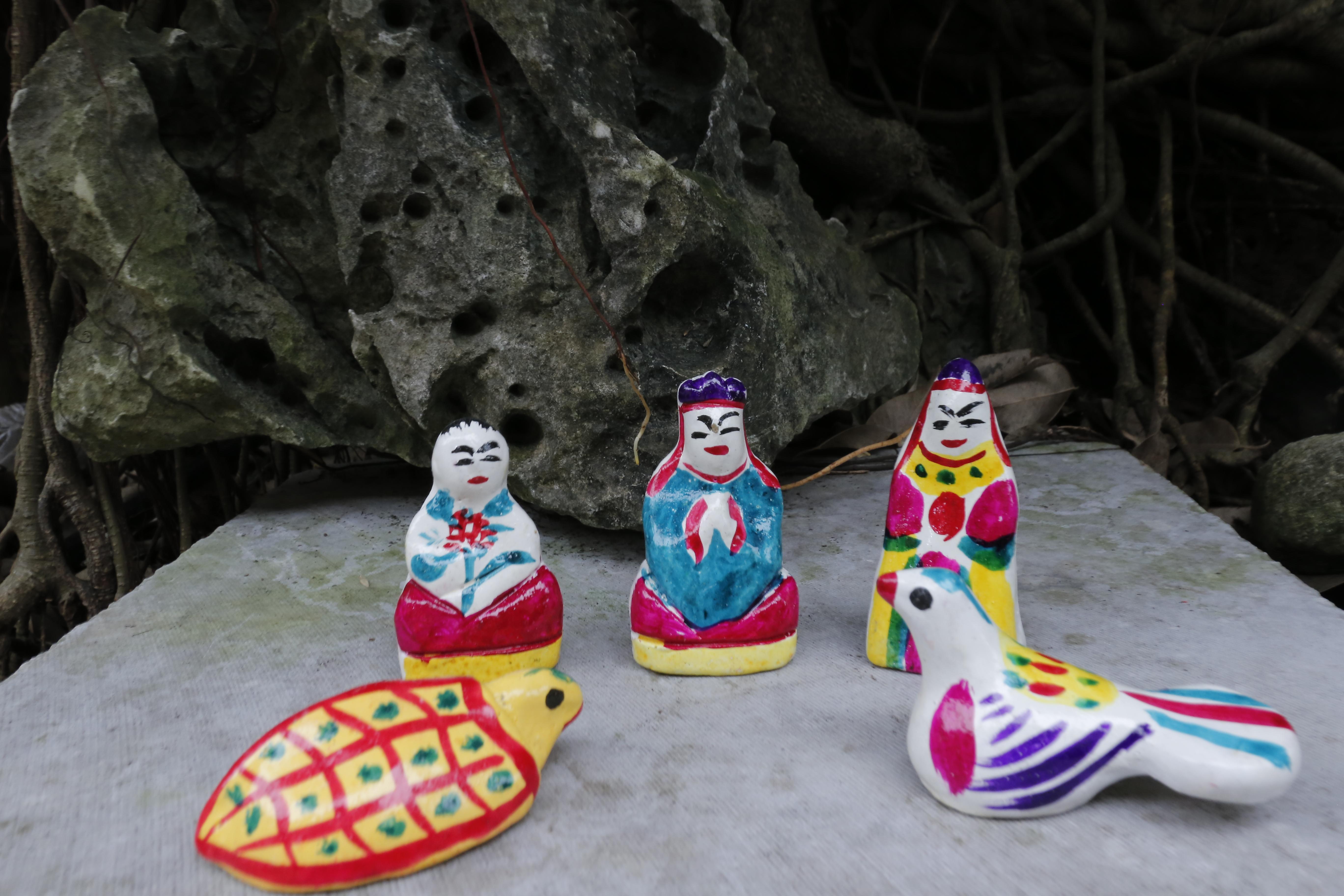 Bộ phỗng đất truyền thống gồm năm hình tượng: em bé ôm bông hoa, ông sư, ông phỗng đứng, chim bồ câu, chú rùa.