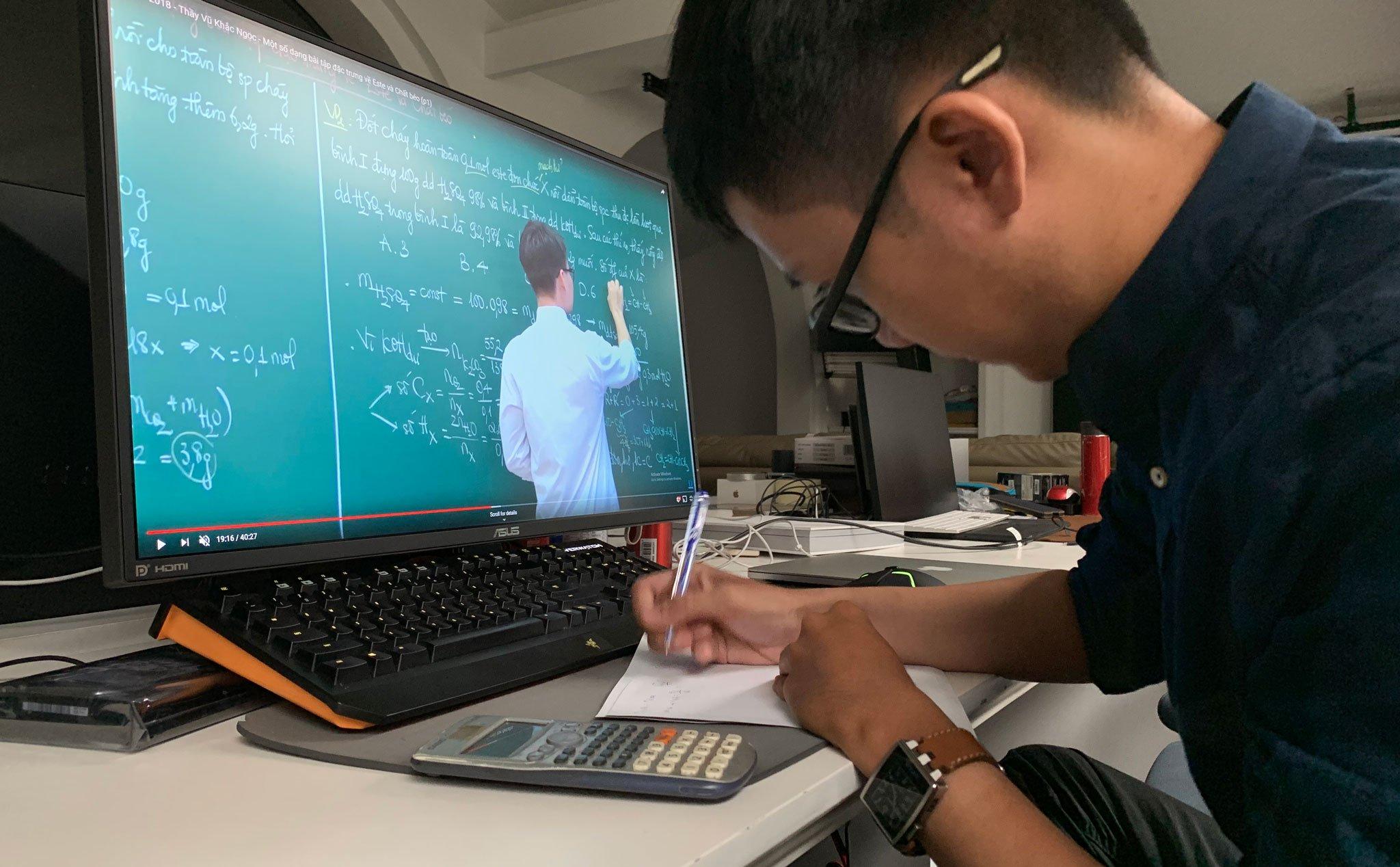 Việc dạy học trực tuyến đã được nhiều trường đại học triển khai như một hình thức bắt buộc trong thời gian sinh viên nghỉ học tập trung để phòng chống dịch bệnh Covid-19. Ảnh: Tinh Tế