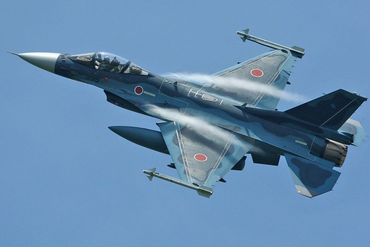 Nhật Bản có trình độ khoa học công nghệ hàng đầu thế giới trong lĩnh vực hàng không. Các tập đoàn công nghiệp như MItsubishi vốn đã tích lũy được rất nhiều kinh nghiệm chế tạo máy bay, chủ yếu là máy bay quân sự. Trong hình là mẫu chiến đấu cơ F-2 thuộc thế hệ 4 do Mitsubishi sản xuất (dựa trên dòng F-16 của Mỹ). Ảnh: JASDF.