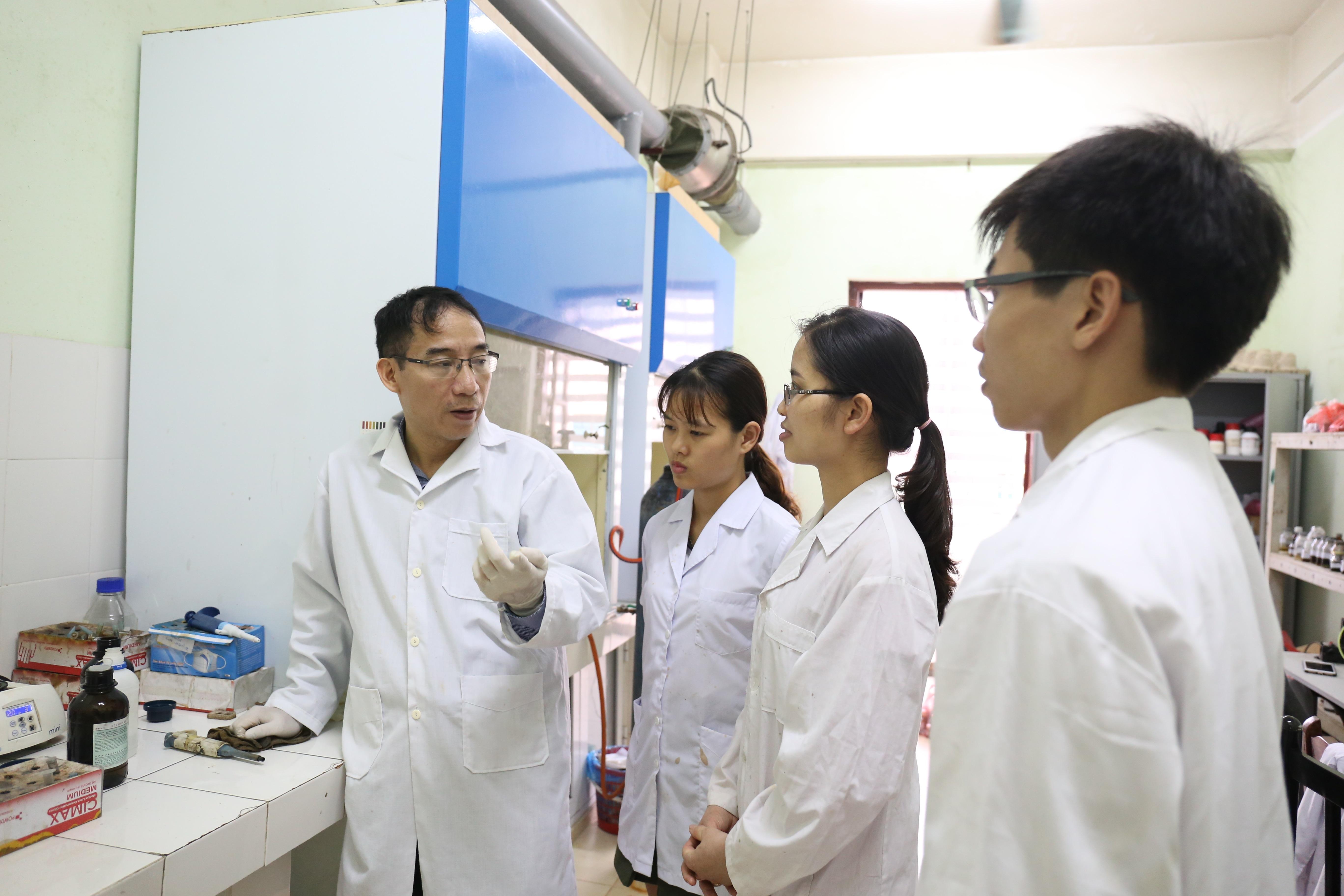 TS. Lê Trọng Lư và học trò tại Phòng thí nghiệm Viện Kỹ thuật nhiệt đới (Viện Hàn lâm KH&CN Việt Nam).