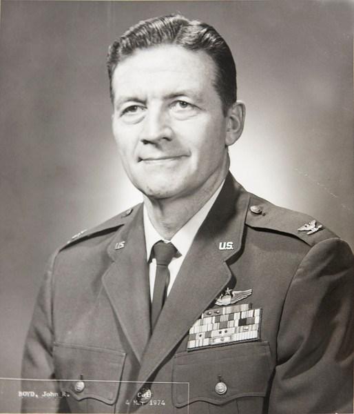 """Đại tá John Boyd, huyền thoại của Không lực Hoa Kỳ với câu nói nổi tiếng: """"To be or to do?"""" (là hay làm?). Ảnh: kaizentao.com."""