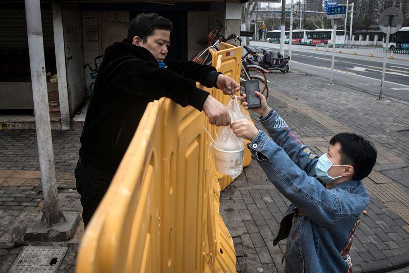 Trung Quốc thực hiện giãn cách xã hội để chống dịch.