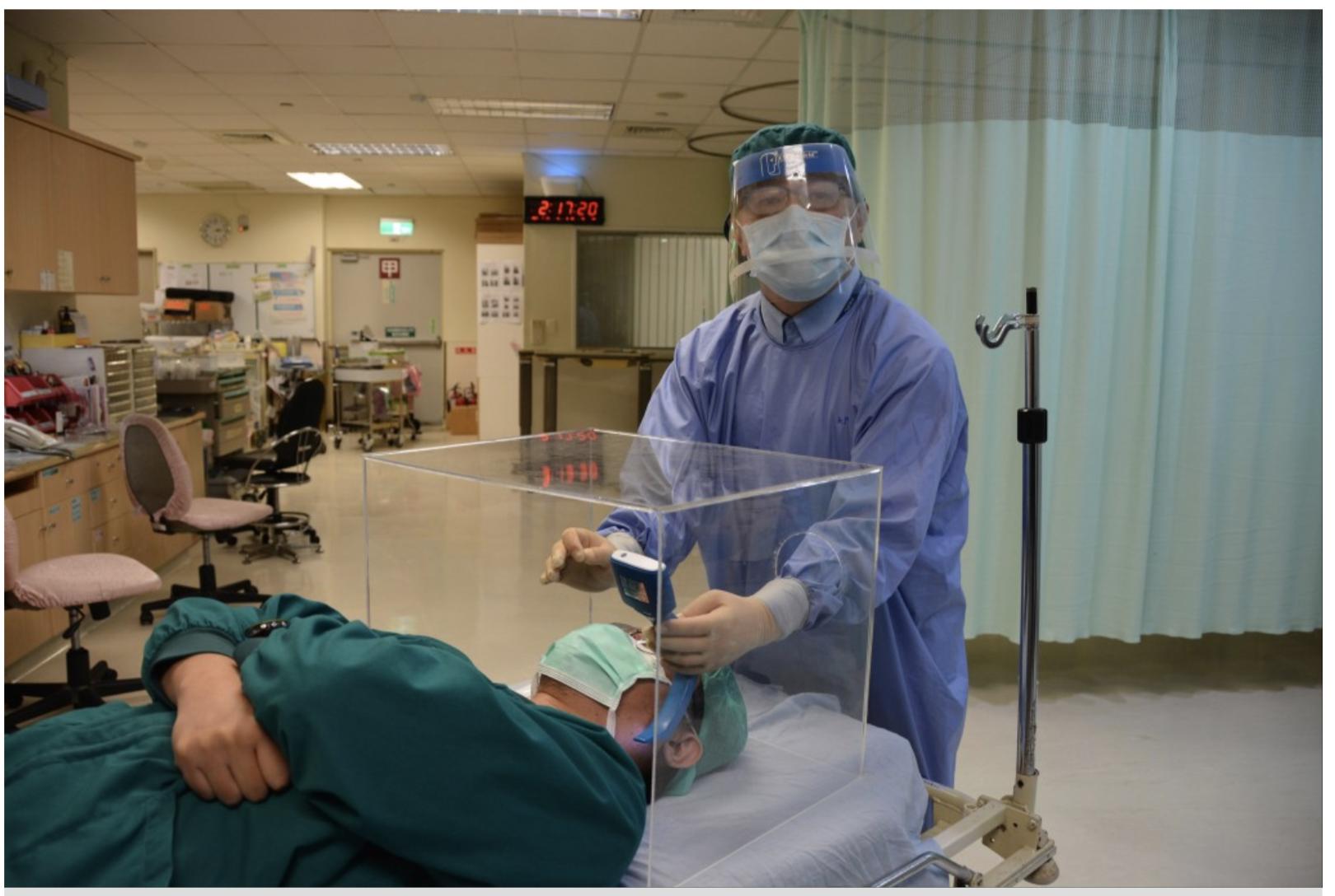 """""""lồng khám bệnh"""" của bác sĩ người Đài Loan đang giúp cho các lực lượng y tế Mỹ - ảnh: Taiwannews"""