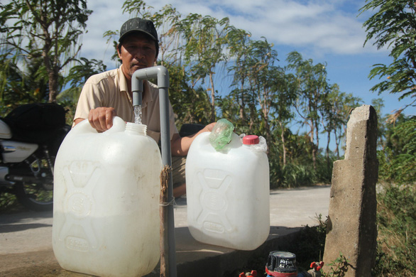 Giải pháp này sẽ rất hữu ích cho ngư dân và vùng chịu xâm nhập mặn. Ảnh: Người dân chờ lấy nước ngọt ở Tiền Giang. Nguồn: Tuổi trẻ.