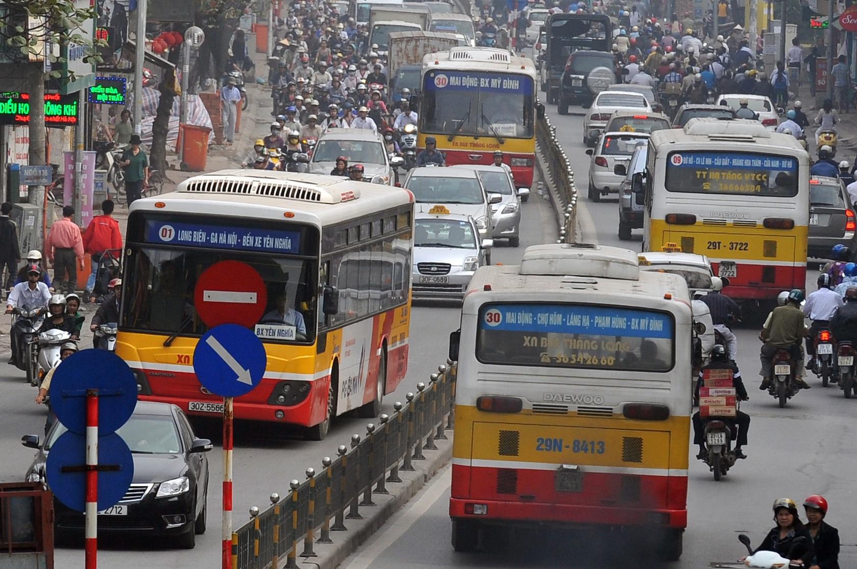 Áp lực hạ tầng đô thị và thiếu các hệ thống công cộng ở Hà Nội | Ảnh: Zing