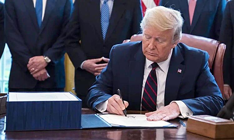 Tổng thống Trump trong lễ ký gói cứu trợ tại Nhà Trắng. Ảnh: AFP.