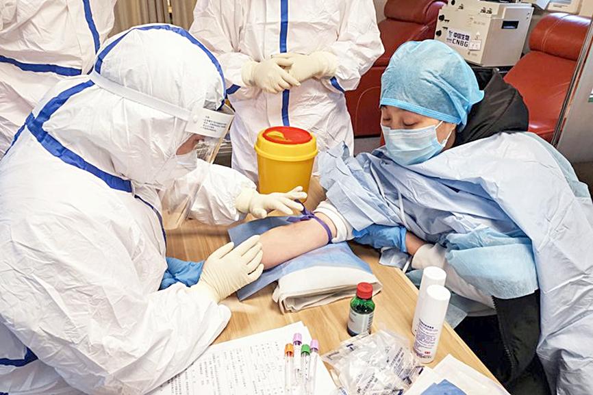 Một người đã bình phục sau khi nhiễm Covid đi hiến máu ở Zouping, Trung Quốc. Ảnh: AFP/Getty