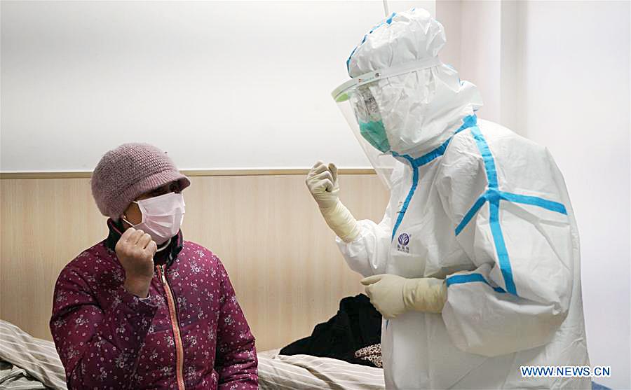Bác sĩ Trung Quốc động viên bệnh nhân tại khu cách ly. Ảnh: Xinhua