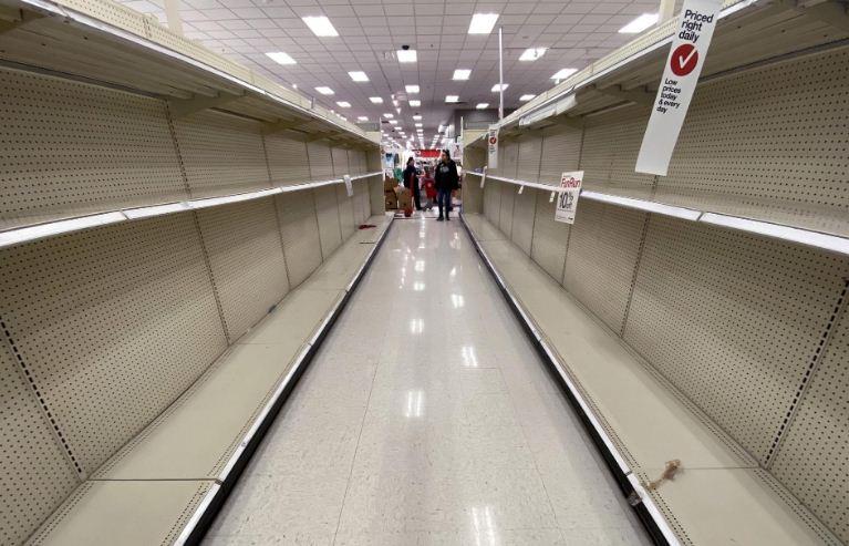 Người dân mua tích trữ hàng hóa bao gồm giấy vệ sinh và nước rửa tay tại một cửa hàng ở Virginia (Mỹ). Ảnh: Win McNamee.