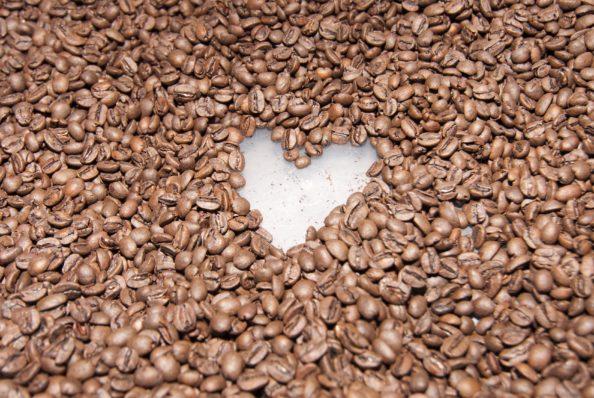 Bã cafe chứa rất nhiều cellulose, và có thể được tận dụng để làm thành nhựa phân hủy sinh học. Ảnh: ICO.