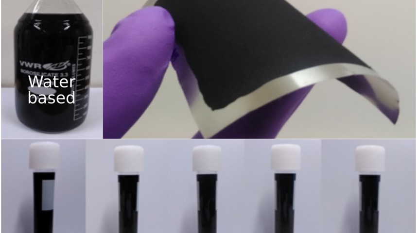 Dung dịch graphene phân tán ở dạng bảo quản và sau khi được sơn lên các lá kim loại. Ảnh: Nicolas Boulanger