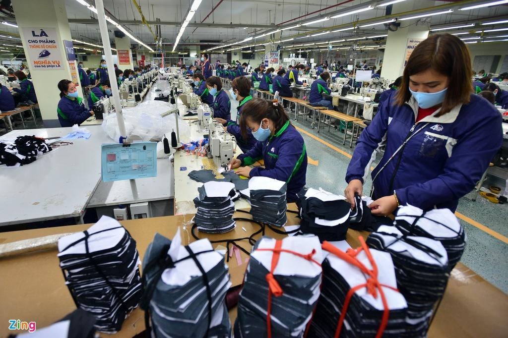 Công nhân sản xuất khẩu trang tại một nhà máy ở Hưng Yên trong mùa dịch COVID-19 | Ảnh: Zing