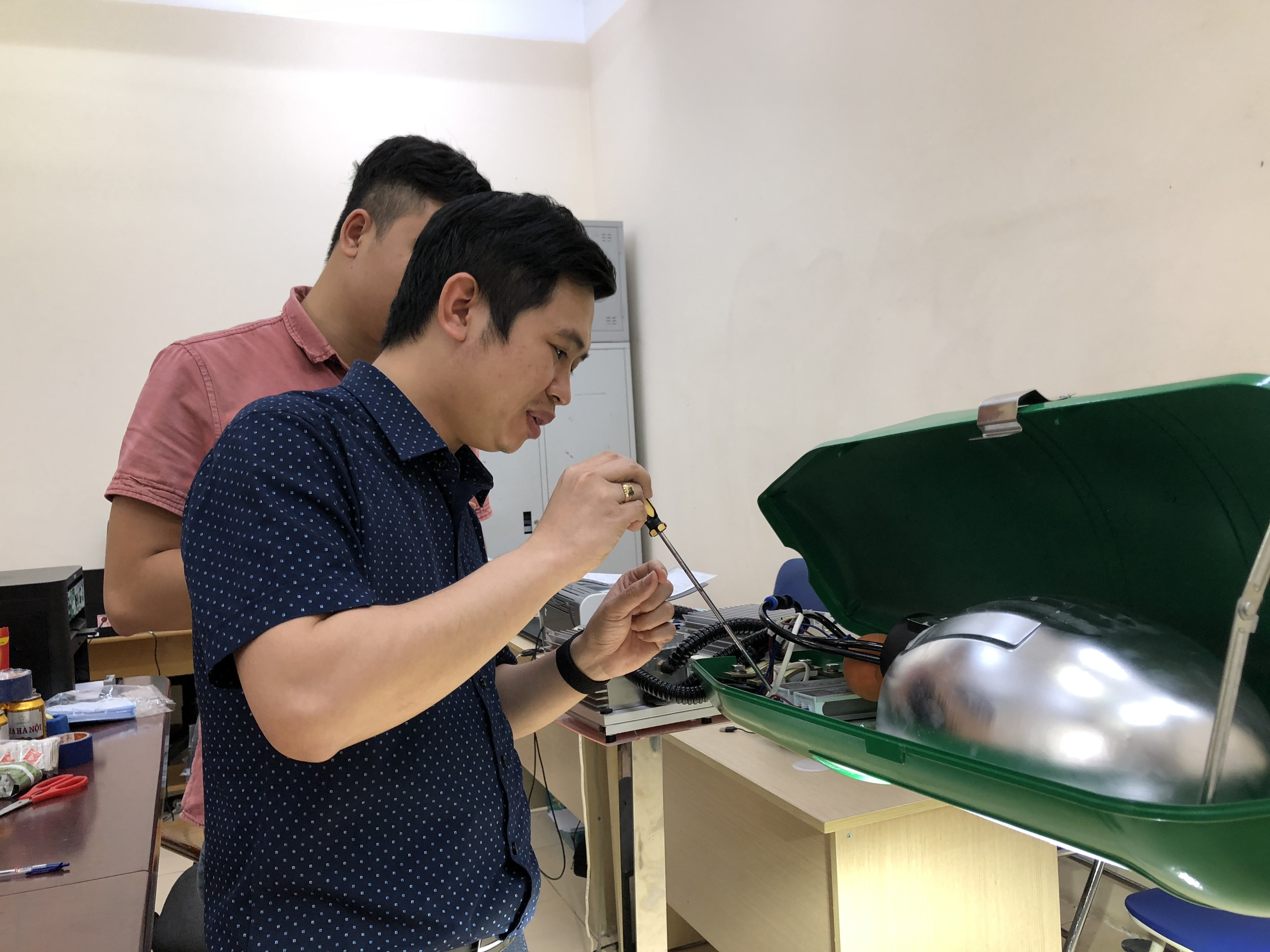 TS. Bùi Hùng Thắng (Viện Khoa học Vật liệu, Viện Hàn lâm KH&CN Việt Nam) và cộng sự đang thao tác trên bộ module đèn LED.