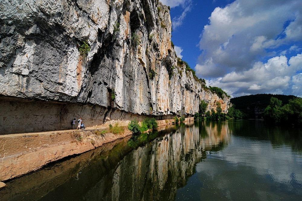 Một con đường dành cho ngựa kéo thuyền được xây dựng bên sườn núi ở bờ sông Lot, miền Tây Nam nước Pháp. Ảnh: Wikimedia.