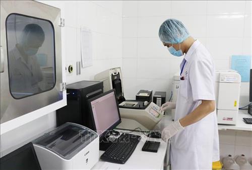 Kỹ thuật viên bệnh viện Thái Nguyên vận hành hệ thống máy Real time PCR:CFX mới nhất của Mỹ sử dụng cho kỹ thuật xét nghiệm chẩn đoán SARS CoV-2. Ảnh: Hoàng Nguyên - TTXVN