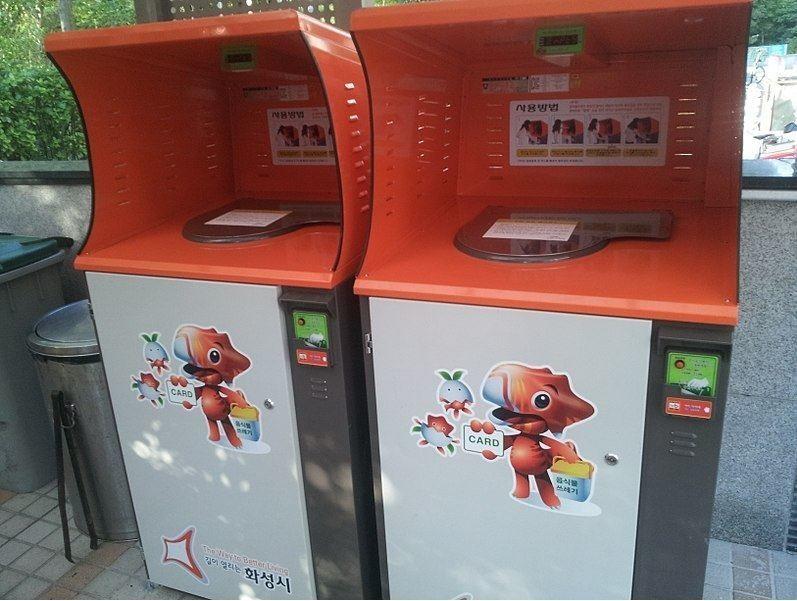 Thùng rác công nghệ cao có khả năng cân rác và tín tiền người đổ rác ở Hàn Quốc | Ảnh: Wikimedia