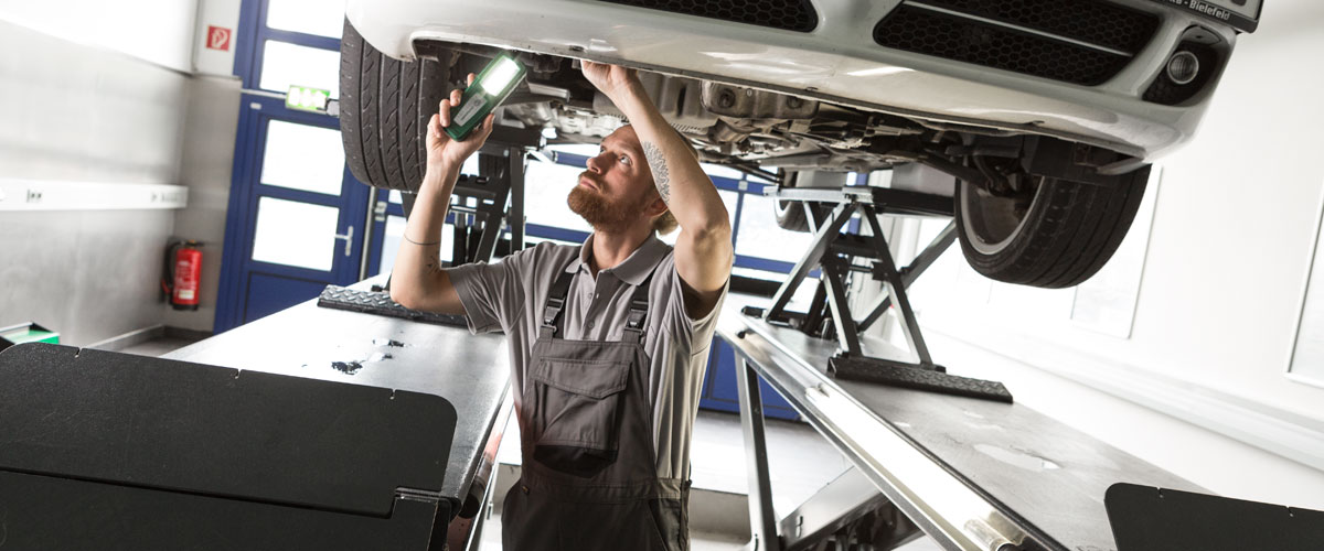 Kiểm tra và phát hiện sai sót trên mối hàn của các chi tiết xe hơi là công việc không hề dễ dàng. Ảnh: Hela.