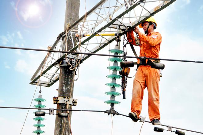 Công nhân trên đường dây tải điện | Ảnh: EVN