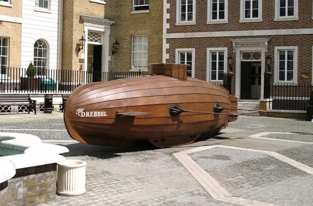 Mô hình tàu ngầm của Cornelius Drebbel được trưng bày tại Quảng trường Heron, London (Anh). Ảnh: Sutori.