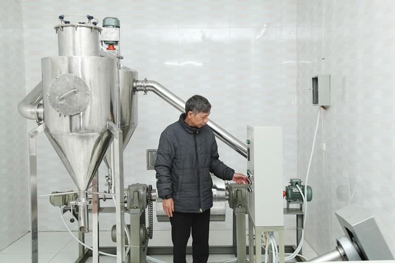 Ông Trịnh Đình Năng bên hệ thống máy chiết xuất các hợp chất thiên nhiên do ông tự sáng chế từng đoạt giải ba Cuộc thi sáng chế năm 2018.