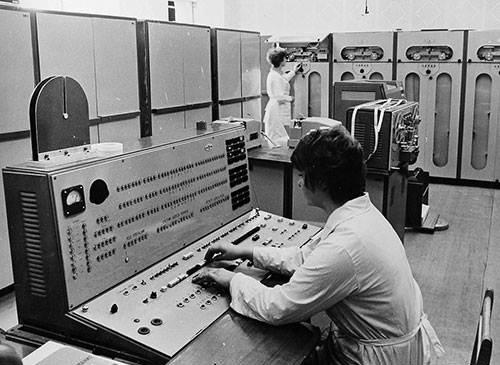 M=Bàn điều khiển và Phòng máy tính Minsk-22.