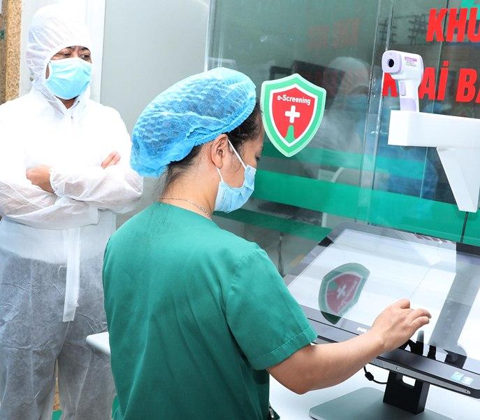 Nhân viên y tế có thể ngồi trong phòng có vách ngăn mà vẫn hướng dẫn được bệnh nhân khai báo.
