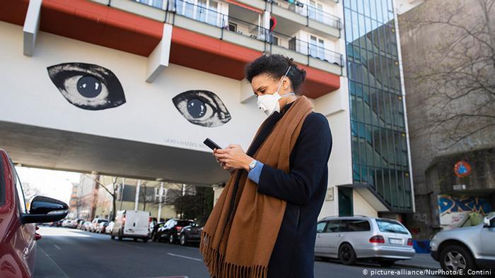 Công dân Đức có thể tự nguyện trao dữ liệu về coronavirus thông qua ứng dụng theo dõi của cơ quan y tế liên bang RKI. Ảnh: DW