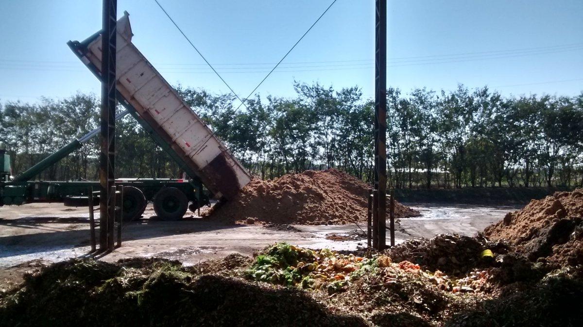 Xe tải thu gom rác hữu cơ về nhà máy ủ phân ở São Paulo, Brazil