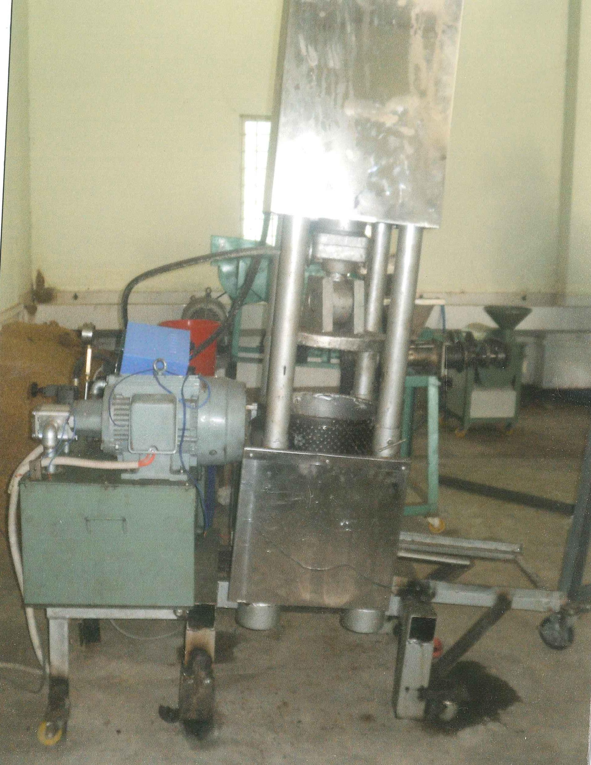 Máy ép nguội dầu sầu đâu (neem) trong quy trình sản xuất của GS - TS Trần Kim Qui và các cộng sự. Ảnh: Nhân vật cung cấp.