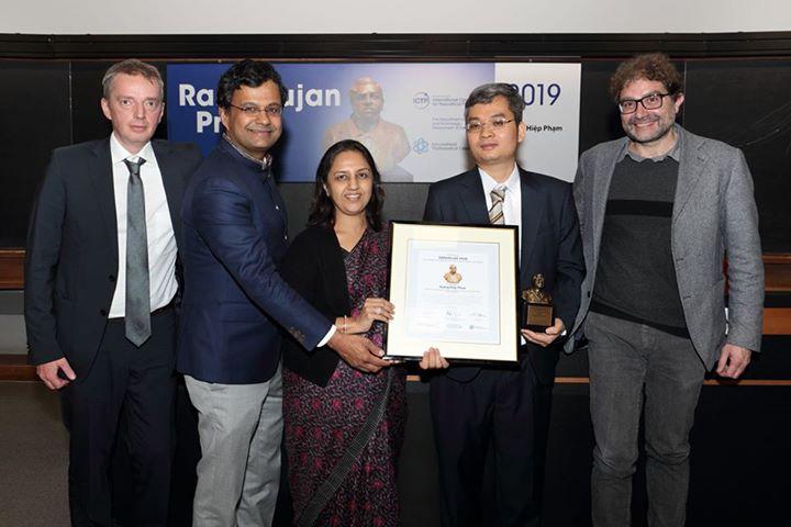 GS. TSKH Phạm Hoàng Hiệp nhận giải thưởng Ramanujan.