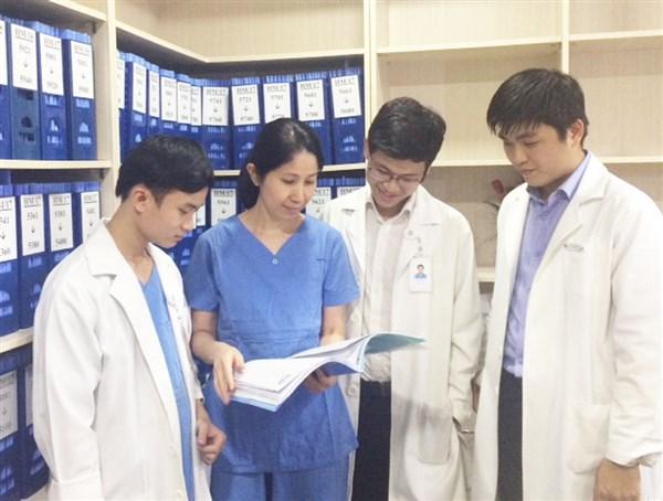 PGS.TS.BS Vương Thị Ngọc Lan hướng dẫn bác sĩ trẻ về TTON. Ảnh: NVCC