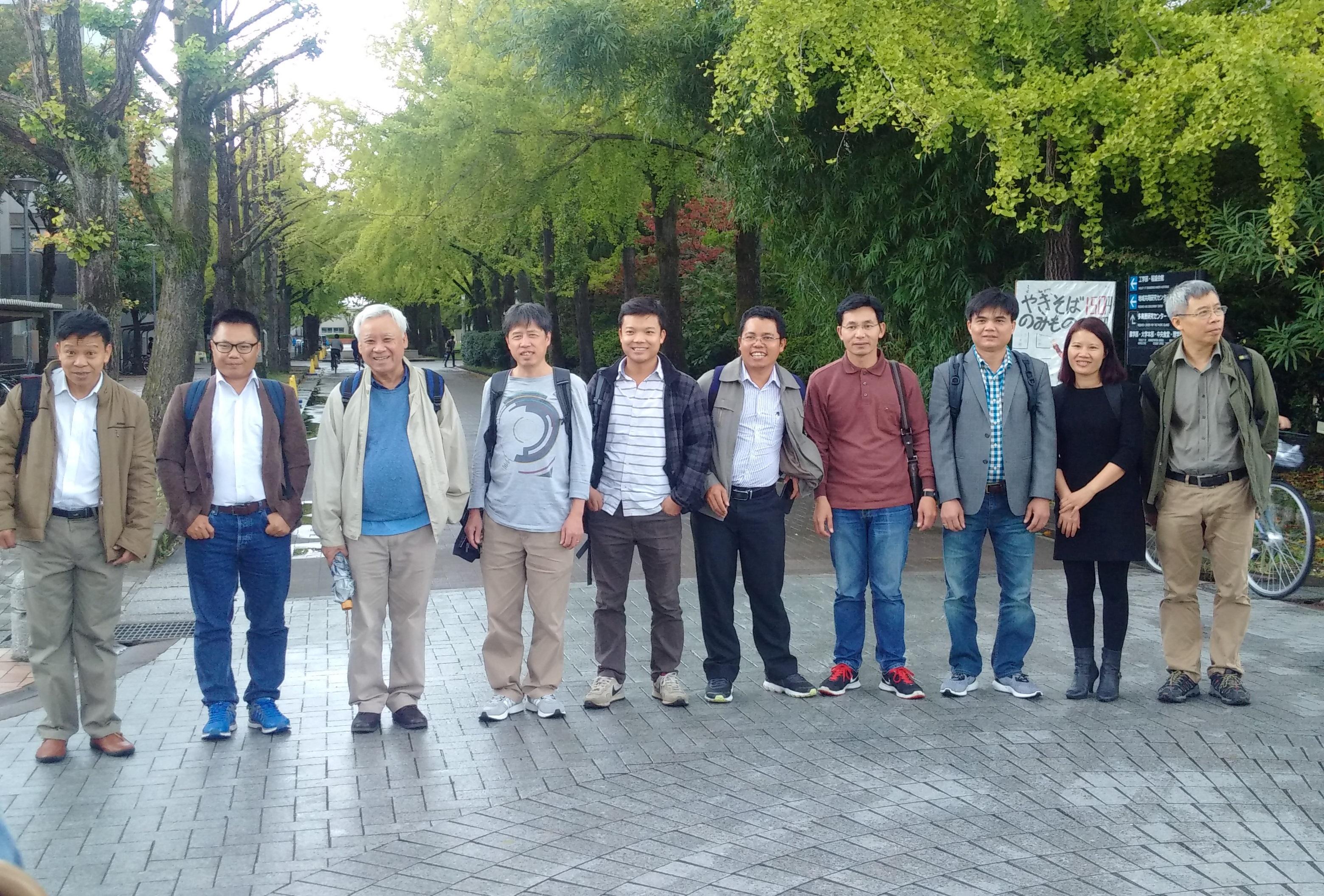 GS. Hà Huy Vui và PGS.TS. Phạm Tiến Sơn (thứ 2 và 3 từ trái sang) cùng nhóm nghiên cứu Lý thuyết kỳ dị ở Nhật Bản.
