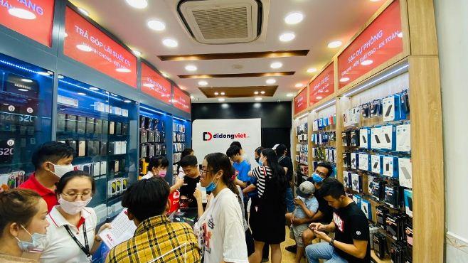 Hình ảnh khách hàng ghé thăm mua sắm tại Di Động Việt