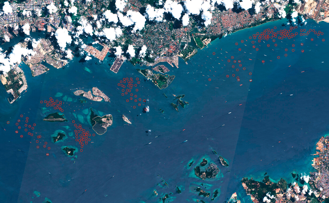 Tàu chở dầu (khoanh đỏ) đỗ quanh khu vực cảng Singapore ngày 20/4/2020| Ảnh: LiveEO/Sentinel