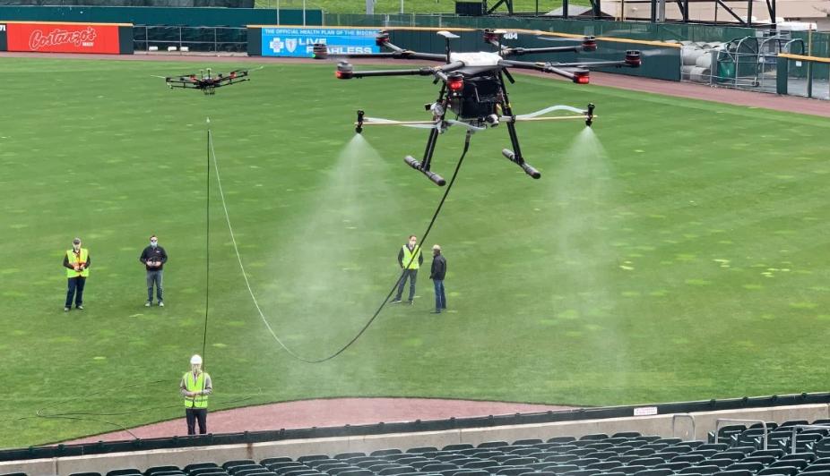 Chiếc drone của EagleHawk đang phun hóa chất khử trùng tại khu vực khán đài của sân vận động