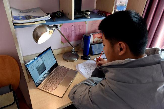 Học sinh học trực tuyến trong bối cảnh dịch Covid-19 bùng phát.