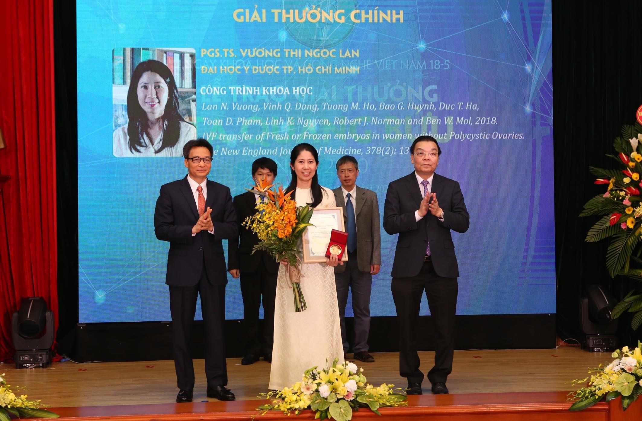 Phó Thủ tướng Vũ Đức Đam và Bộ trưởng Chu Ngọc Anh trao giải thưởng Tạ Quang Bửu cho các nhà khoa học. Ảnh: Trung tâm truyền thông/ Bộ KH&CN