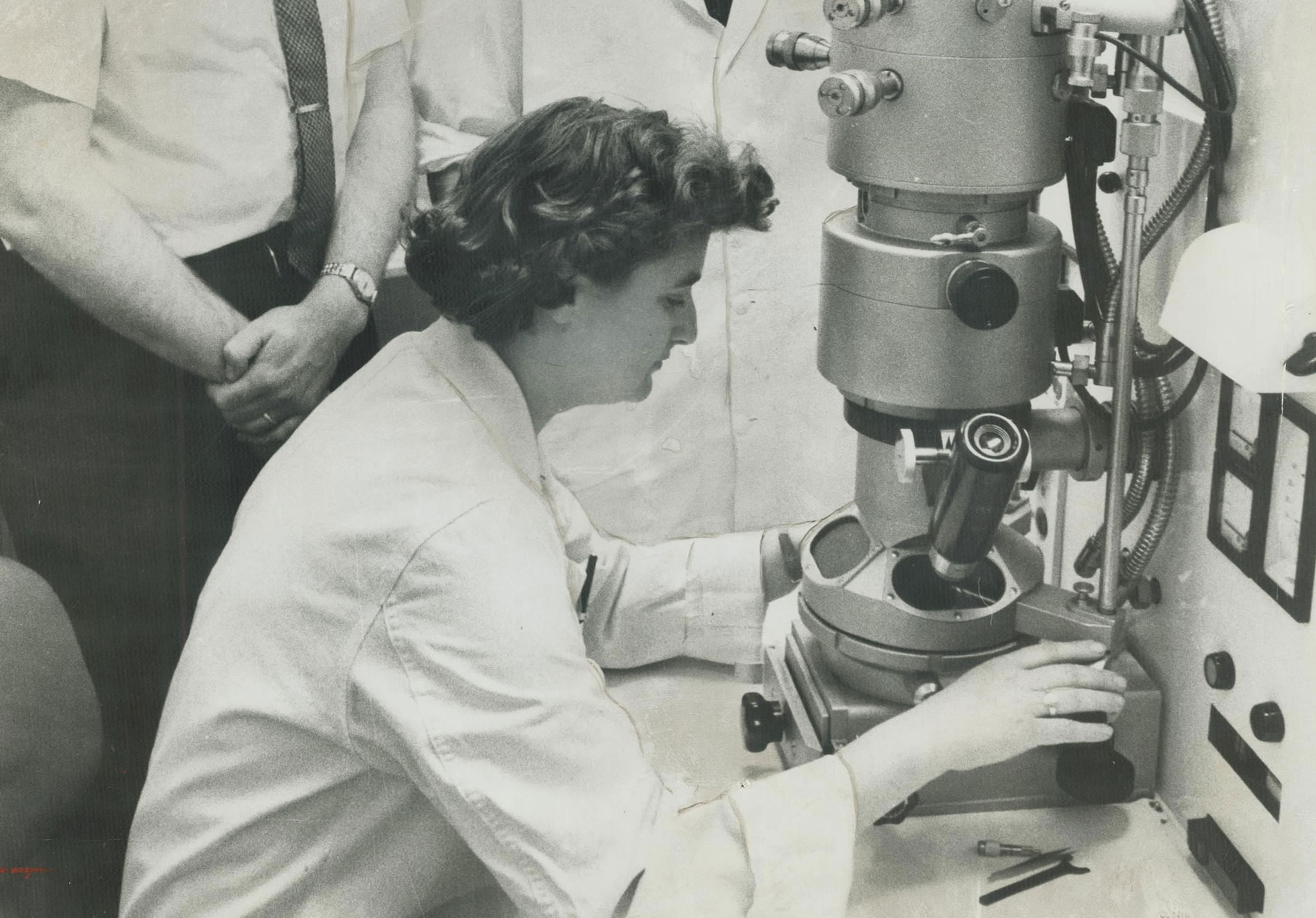 June Almeida quan sát mẫu vật bằng kính hiển vi điện tử tại Viện nghiên cứu Ung thư Ontario, Toronto. Ảnh: Norman James.